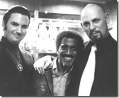 Michael Aquino, Sammy Davis Jr. y Anton Lavey (De izquierda a derecha)